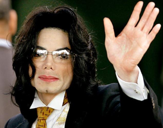 Каким образом Майкл Джексон изменил цвет кожи