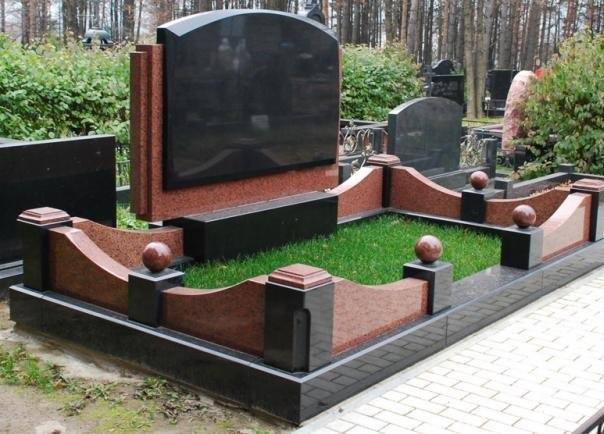 Установка гранитного памятника начинается с бетонирования основания