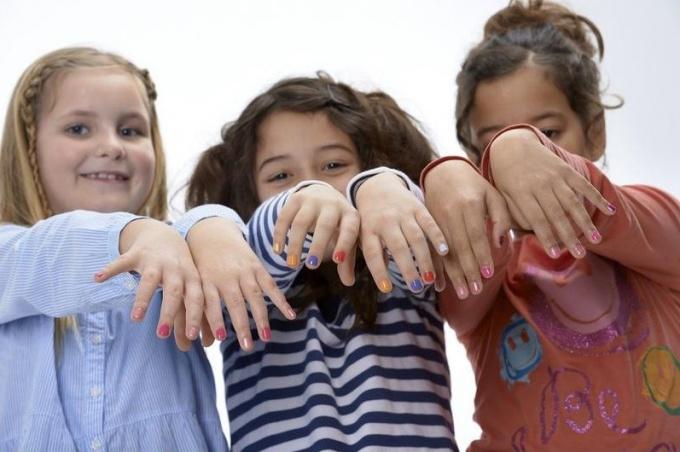 Девочки красят ногти на ногах