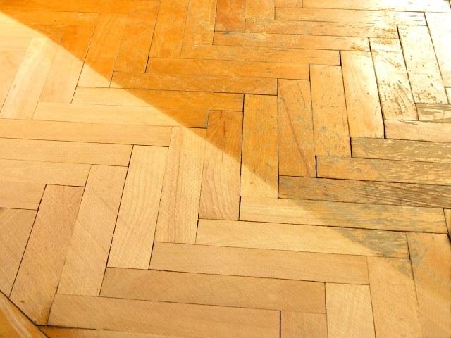 Циклевка паркета - это удаление верхнего слоя древесины