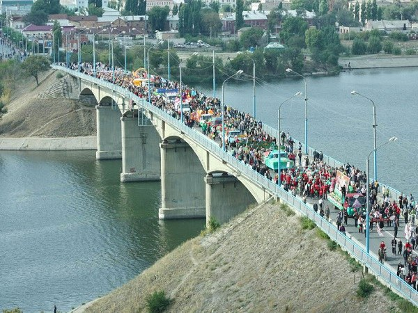 """Шествие колонны """"Арбузного фестиваля"""" по мосту"""