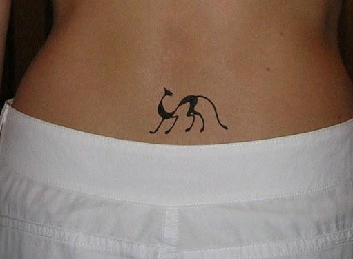 Что означает татуировка в виде черной кошки?
