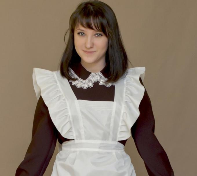 Белый фартук эффектно смотрится и на современной выпускнице