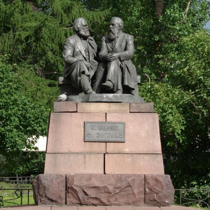 Памятник Карлу Марксу и Фридриху Энгельсу в Петрозаводске
