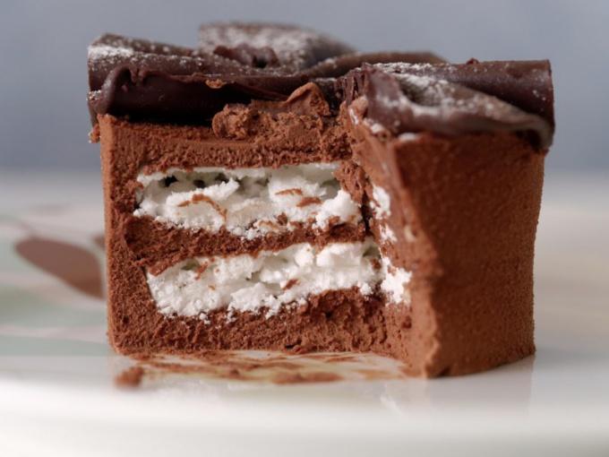 Вкусный торт - источник легкоусвояемых углеводов.