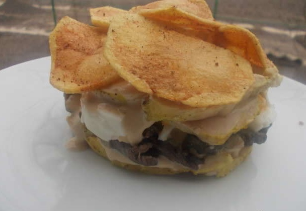 Слоеный куриный салат с чипсами и пикантной заправкой