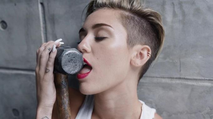 "Фото из клипа на песню ""Wrecking Ball"""