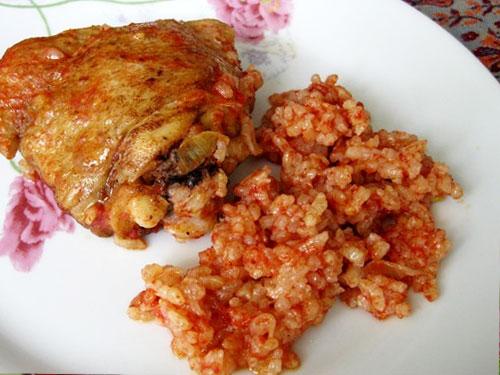 Томатный рис с курицей под моле «эспаньол»