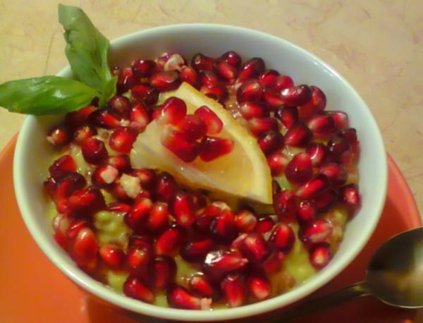 Аппетитный десерт из авокадо с гранатом