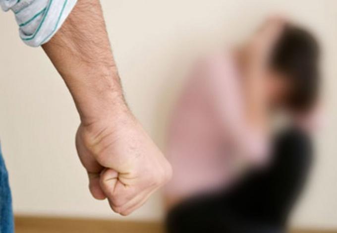 Муж толкает во время ссоры
