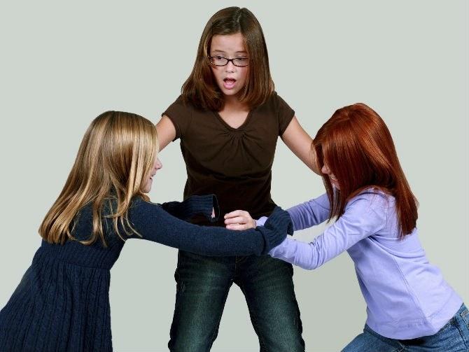 Вызывающее поведение зачастую приводит к конфликту между детьми.