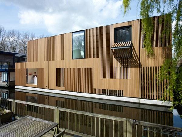 С помощью деревянных реек изготавливают полотна для отделки фасадов