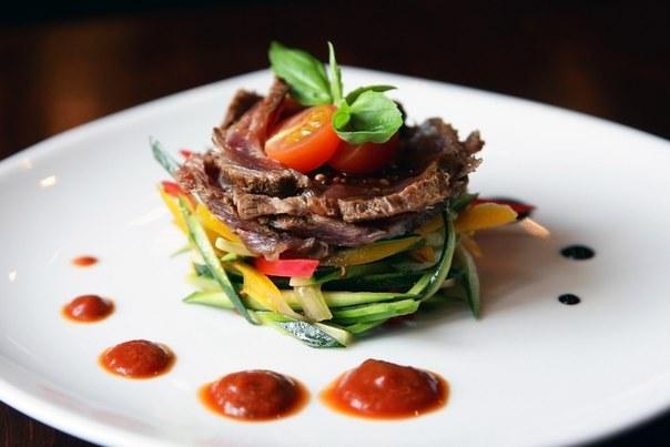 Теплый салат с жареной говядиной и миндальными лепестками