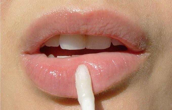 Какая помада увеличивает объем губ