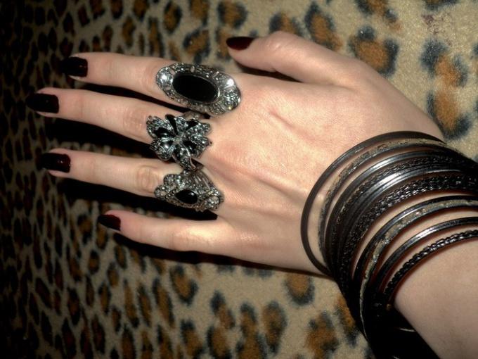 Почему женщины носят много колец на пальцах?