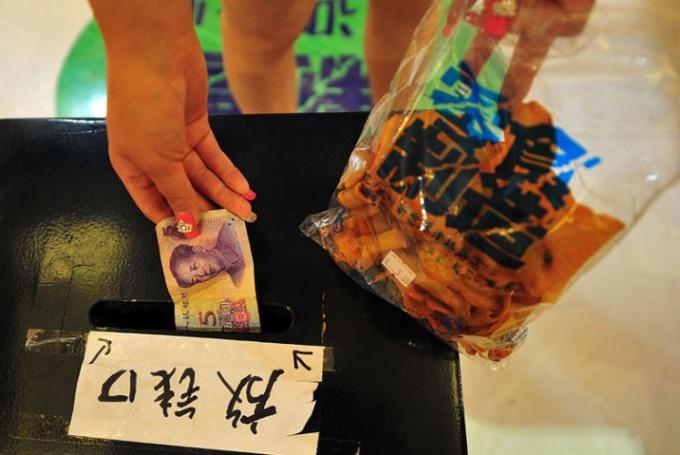 В китайском магазине без продавцов деньги складывают в особый ящик