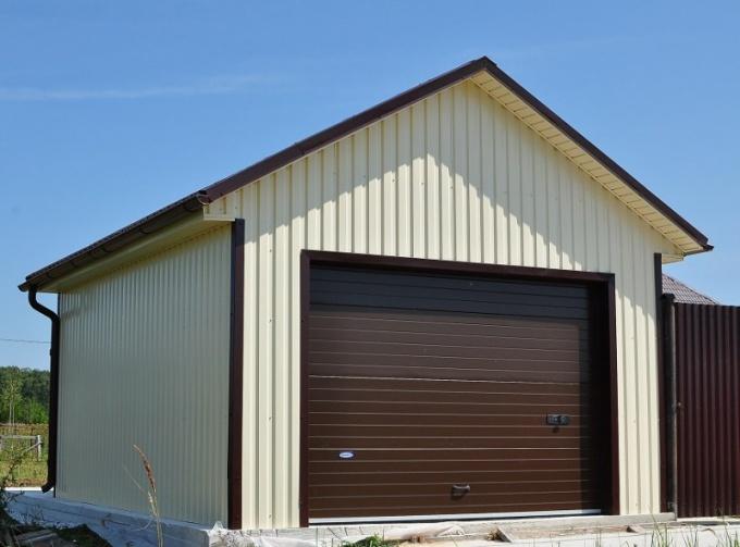 Недорогой гараж можно сделать из профнастила