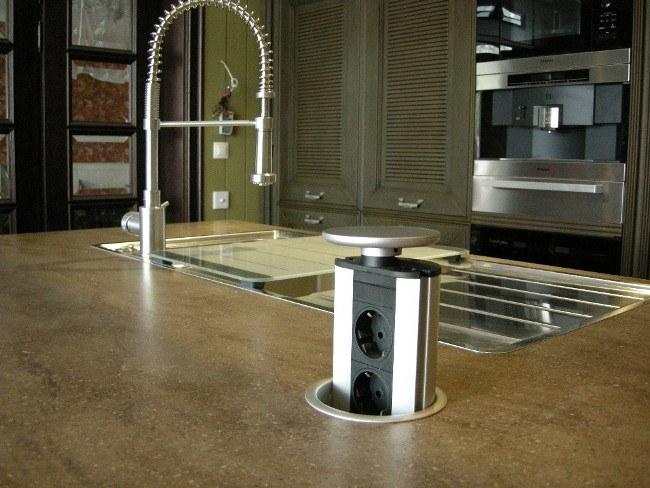Розеточная колонка, вмонтированная в столешницу на кухне