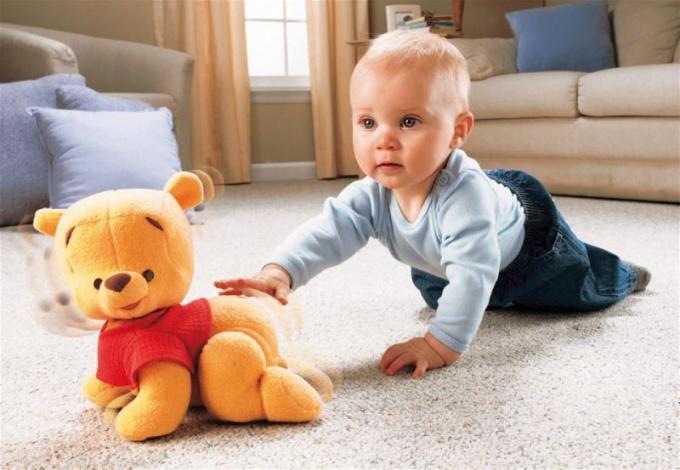 В каком возрасте ребенок видит свои руки