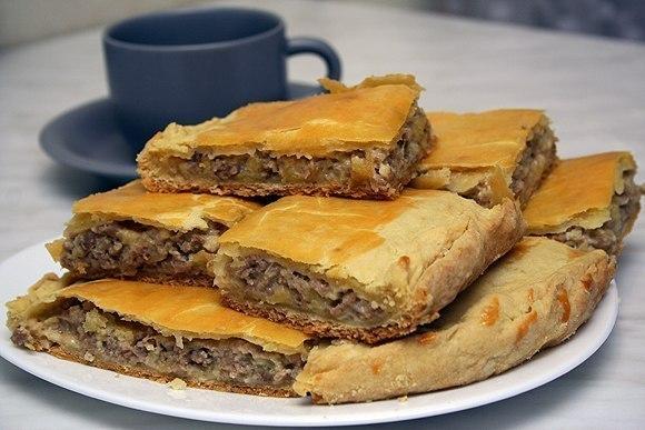 Пирог из слоеного теста с мясным фаршем