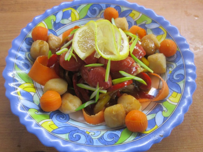 Теплый салат с гребешками