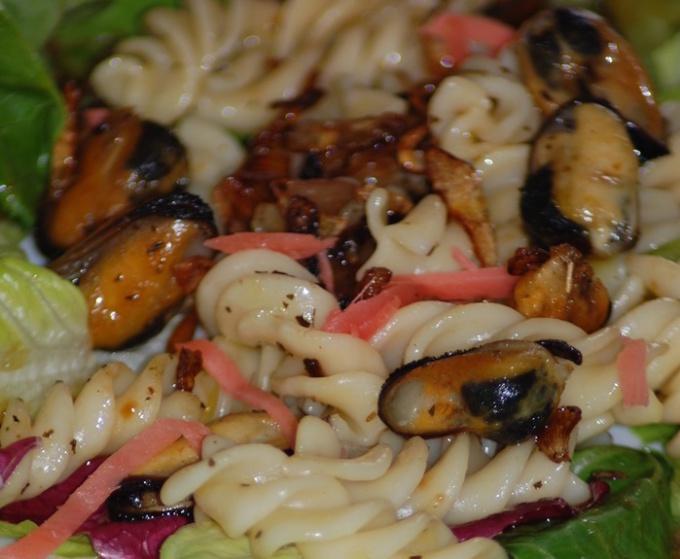 Теплый салат из макарон с мидиями
