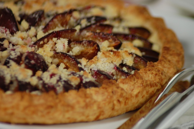 Открытый пирог со сливами