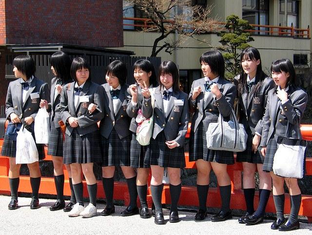 Часто цвет и фасон школьной юбки определяются уставом школы
