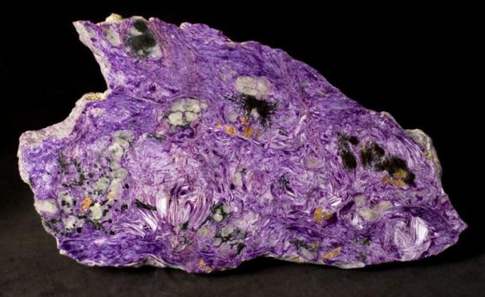 Удивительные свойства камня чароит