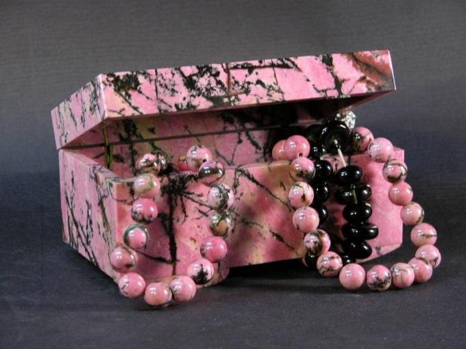 Камень родонит как амулет творческих людей