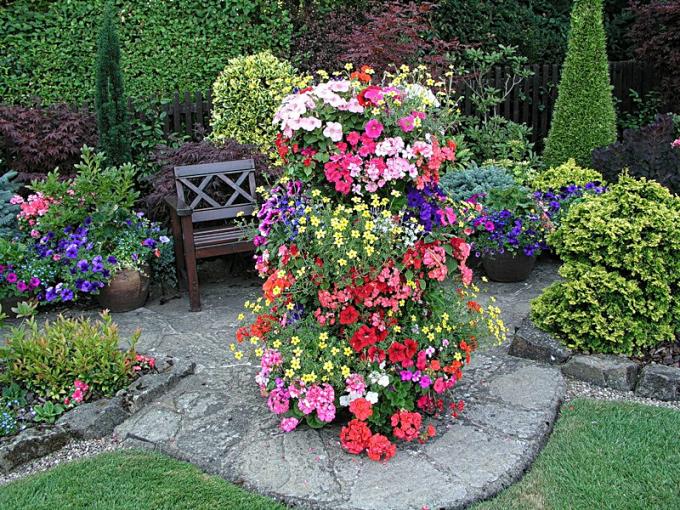 Вертикальные клумбы - необычные идеи для сада