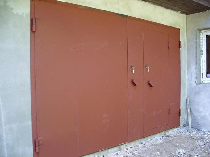 Красим гаражные ворота