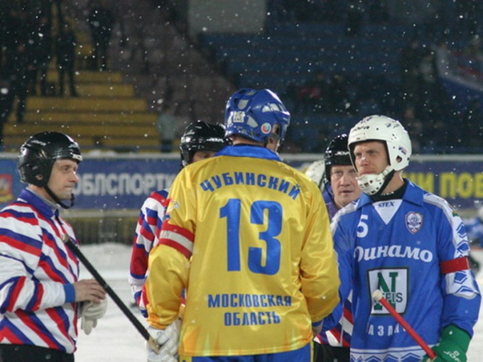 За соблюдением правил игры в хокее с мячом следят судьи в специальной форме