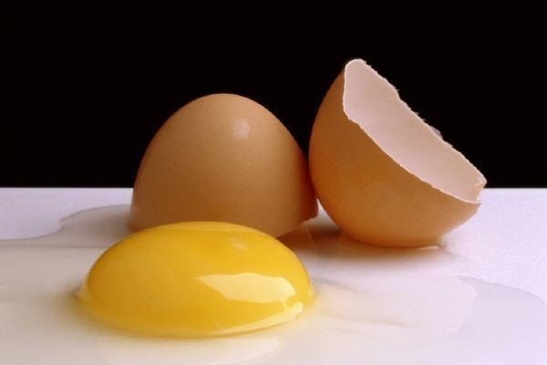 Как правильно разбивать сырые яйца