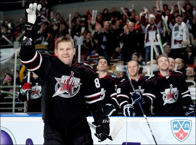 Обладателем самого мощного хоккейного броска в мире является россиянин Александр Рязанцев