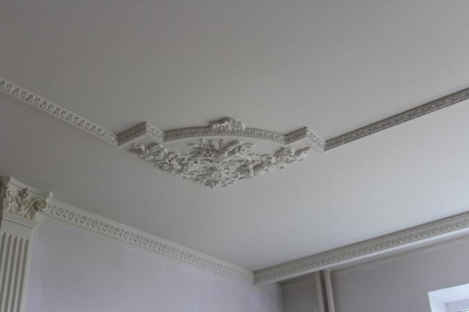 Как делать лепнину на потолке