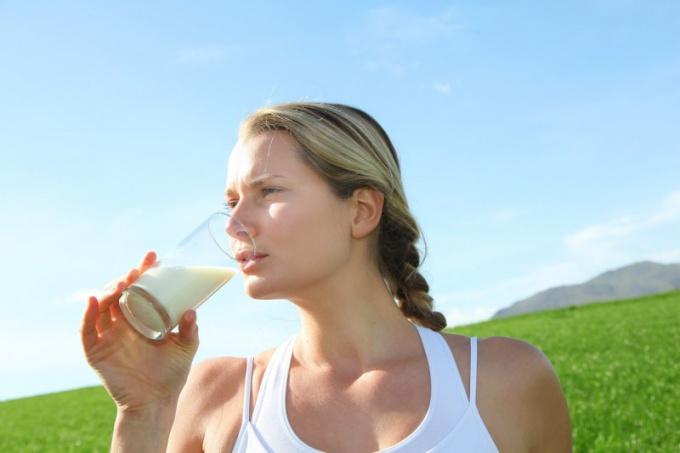 Можно ли пить молоко кормящей маме