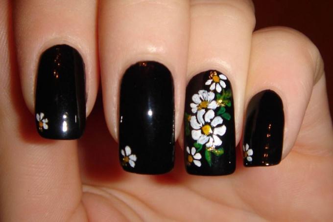Как нарисовать ромашки на ногтях