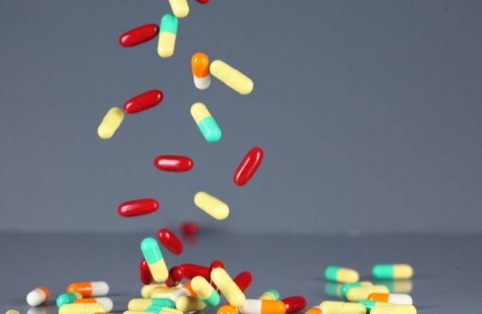 Какие таблетки пить от больного горла
