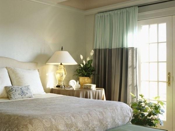 Какие шторы выбрать для спальни с балконом