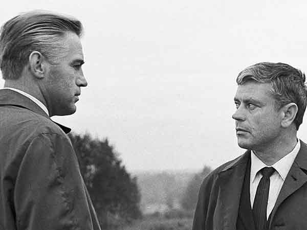 """сцена из фильма """"Мертвый сезон"""": обмен шпионов на Глиникском мосту"""