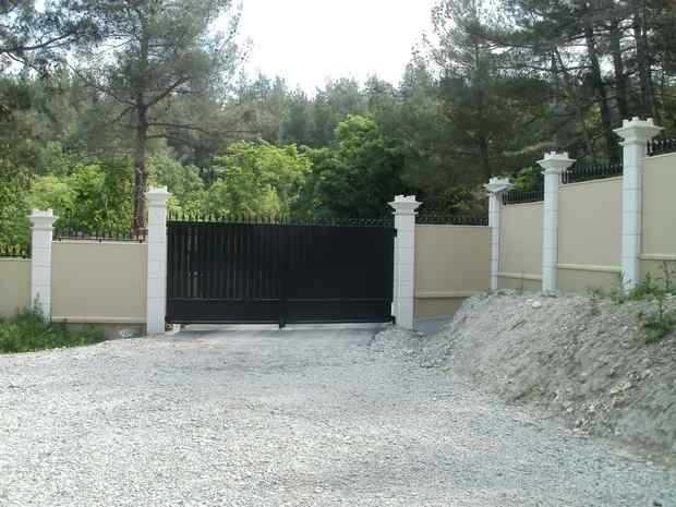 """На участках о сложным рельефом можно выстроить забор """"ступеньками"""""""