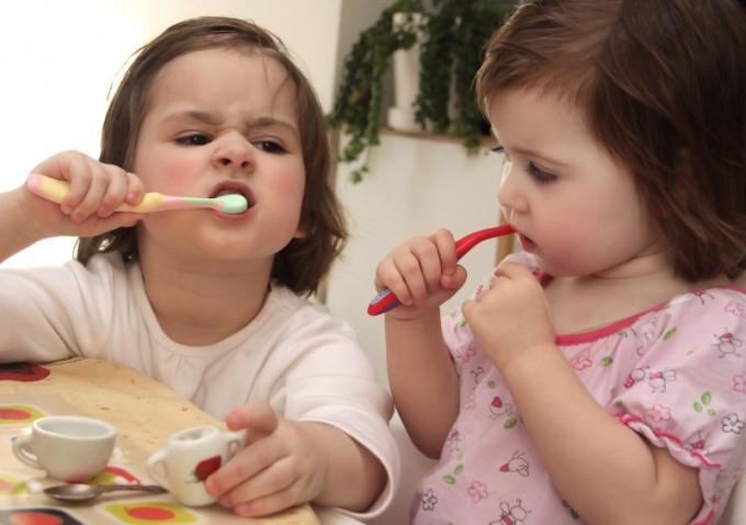 Как научить ребенка чистить зубы с зубной пастой