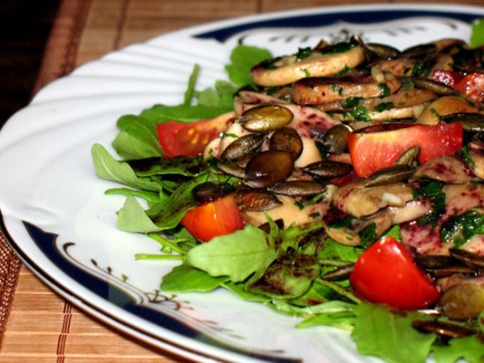 Салат из шампиньонов с тыквенными семечками