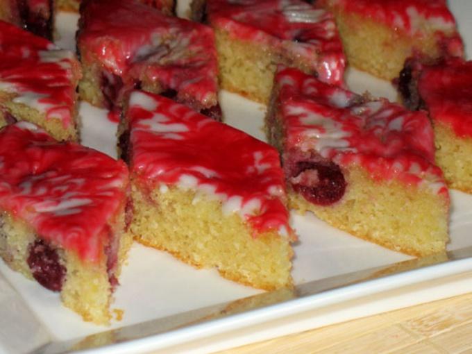 Манно-миндальный пирог с вишней