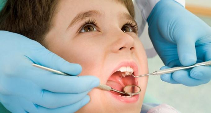 Осмотр у детского стоматолога