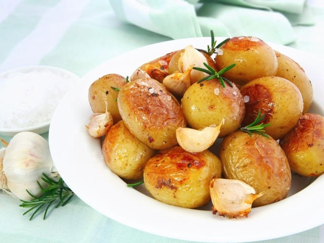 How to cook round potatoes with sour cream and greens