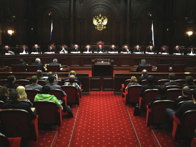 The solidity of the constitutional court is in the interior of the hall for meetings