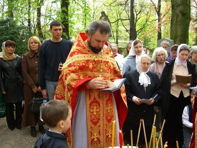 Лития на кладбище с участием священника