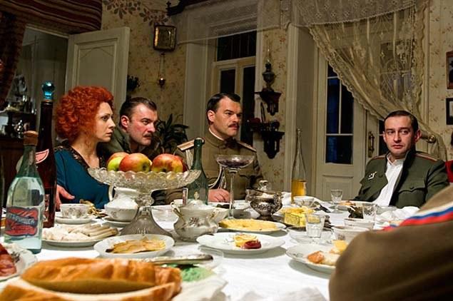 Ужин в доме Турбиных (кадр из кинофильма)
